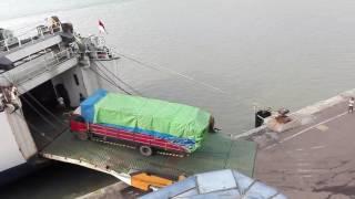 Video Susahnya truk naik kapal. MP3, 3GP, MP4, WEBM, AVI, FLV Oktober 2018