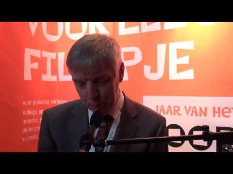Hans van Velzen leest voor