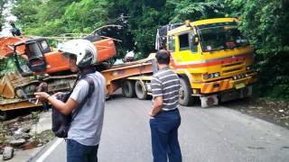 Video Truk trailer pengangkut Excavator tidak kuat menanjak di Gunung Paro  - Aceh ( PART 1 ) MP3, 3GP, MP4, WEBM, AVI, FLV November 2018