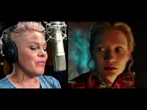 Alice Through the Looking Glass (Featurette 'Pink')