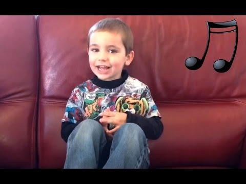 Enfant 3 ans chante Une souris verte | Comptine paroles chanson