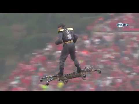Летающий над футбольным полем человек поразил зрителей