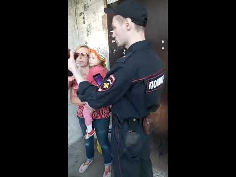 Полицейский задержал женщину с ребёнком (Новокузнецк)