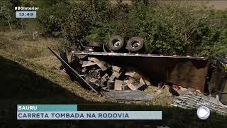 Carreta tomba na rodovia que liga Bauru-Piratininga