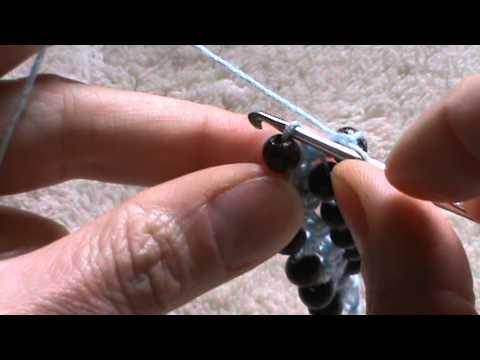 braccialetto con perline all'uncinetto