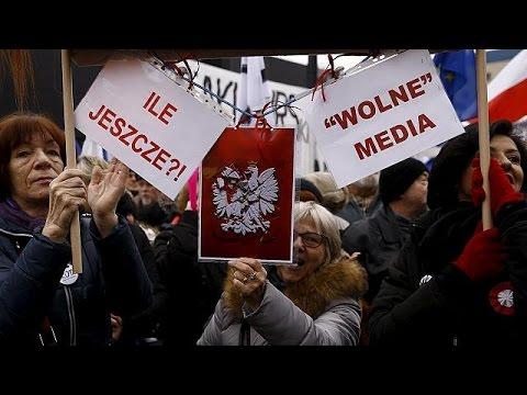 Πολωνία: Διαδηλώσεις για τον έλεγχο των κρατικών ΜΜΕ από την κυβέρνηση