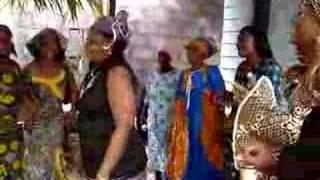 mujeres de Guinea Ecuatorial (Africa) cantando