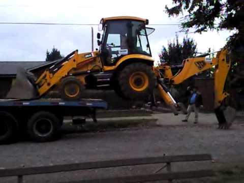 retro excavadora - operador de retro excavadora se baja de camion sin rampla........