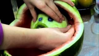 Sandía tallada en forma de coche con bebé incluído