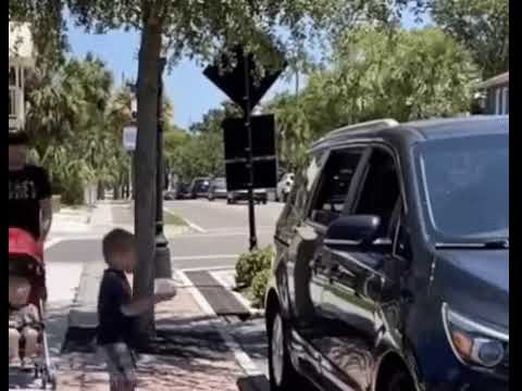 Tata i syn dali radę – szybko nauczyli kultury typa w samochodzie