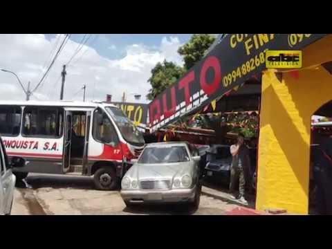 Bus de Línea 13 chocó contra playa de vehículos