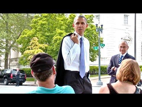 Status engraçados - President Obama Walks The Washington Mall