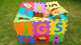 Настя и песенка для детей про английский алфавит