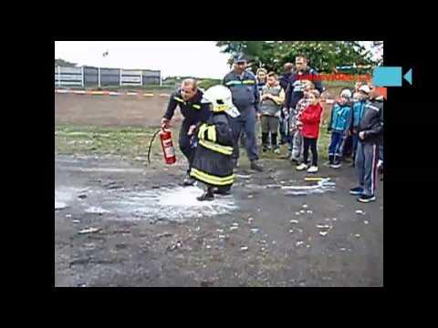 Hasiči učí malé děti hasit.
