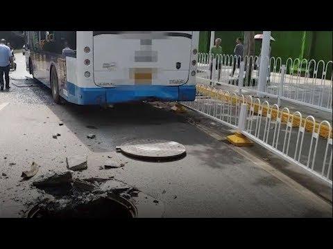 Video - Τρόμος για επιβάτες λεωφορείου: Εξερράγη φρεάτιο κάτω από το όχημα - Τρεις τραυματίες (vid)
