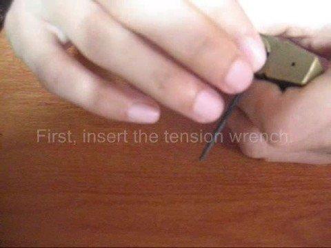 สอนวิธีการปลดล็อคแม่กุญแจ