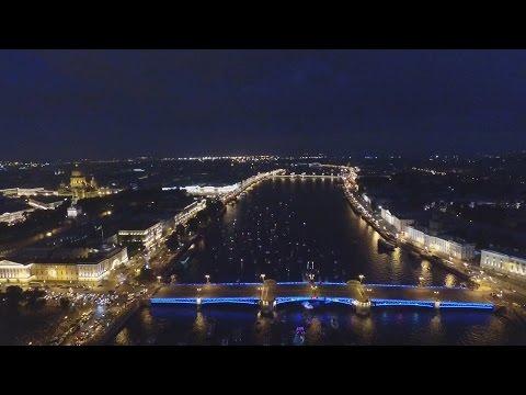 Развод Дворцового моста с воздуха.