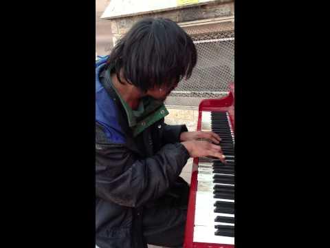 Este hombre vive en la calle y toca una melodía que él mismo ha compuesto