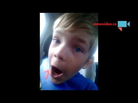 Když máma řídí a nevšimne si, že si synek půjčil mobil