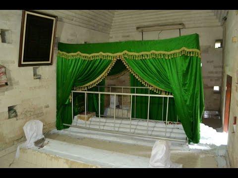 Makam Kuno Siti Fatimah Binti Maimun Di Leran - Gresik