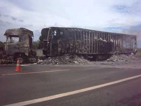 Acidente entre Corsa e Carreta na BR-316 em Valença do Piauí - 22/12/2013