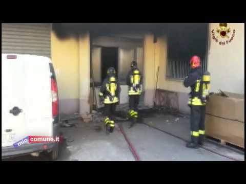 Crotone, incendio ad un capannone