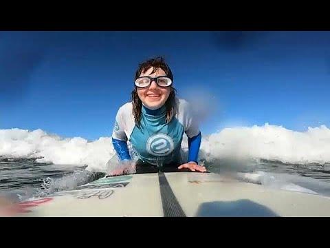 Η τυφλή σέρφερ που δαμάζει τα κύματα