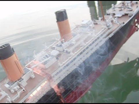 Model Titanic Sinks & Splits