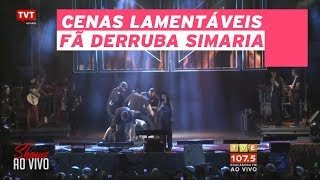 Fã invade palco, derruba Simaria no chão e leva soco de Simone. Veja vídeo
