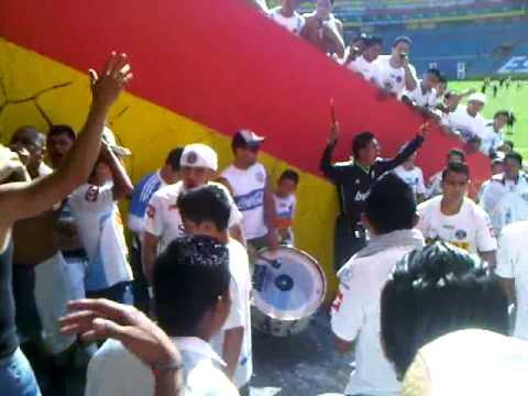 la ultra blanca en el tunel contra el aguila - La Ultra Blanca y Barra Brava 96 - Alianza
