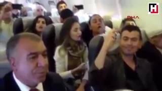 11 Mayıs günü Ankara Diyarbakır seferini yapan uçaktaki yolcularin hep bir ağızdan türkü söyleyerek yolculuk yaptığı video kaydıdir.Konuya ilişkin olaydan ''Bağımsız'' Şekilde video paylaşımını sağlıyorum.Lütfen paylaşımimdan dolayi kişisel bir özellik, karakter tahlili yapmayınız tarafima. Ekşi Sözlük Konu Başlığı; https://eksisozluk.com/ankara-diyarbakir-ucaginda-yolculardan-turku-show--5367299?a=popular