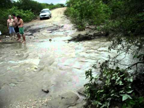 Carro levado pela correnteza em riacho da Malhada Limpa