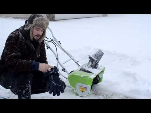 , title : 'Greenworks 12 amp electric snow blower (review / operation) 1080p'