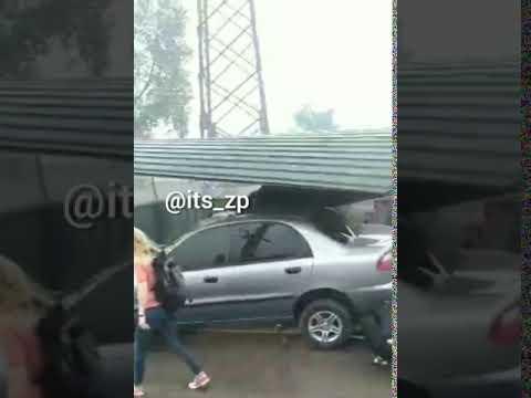Автомобиль влетел в остановку