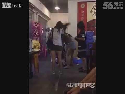 Typ w obronie swojej kobiety rozwala pięć dziewczyn!