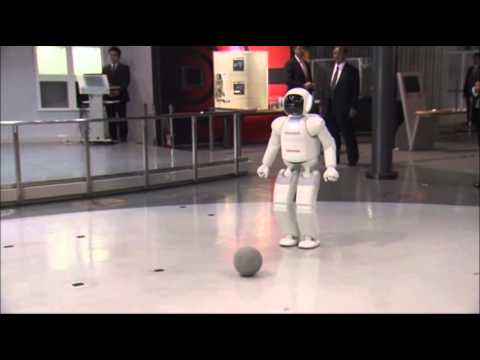 Raw - President Obama briefly played soccer with a robot during his visit to Japan on Thursday. The President has been emphasizing technology along with security concerns during his visit. (April 24)