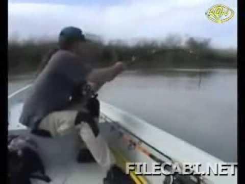 Esse é pescador. Veja o tamanho do peixe ! (big fish)