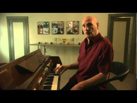 Mellotron - Mike Pinder describes how the mellotron works in the fabulous