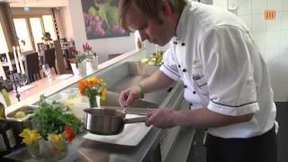Gemüselasagne auf geschmolzenen Tomaten