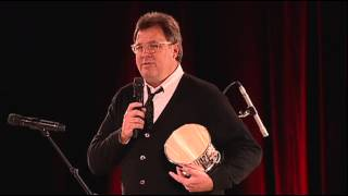 Vince Gill Accepts the BMI Icon Award at the 2014 BMI Country Awards