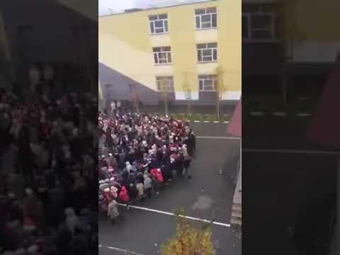 """Sute de copii de la o scoala din Pitesti canta """"TRECETI BATALIOANE ROMANE CARPATII"""""""