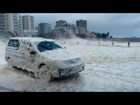 Побережье Кейптауна накрыла океанская пена, образовавшаяся во время шторма