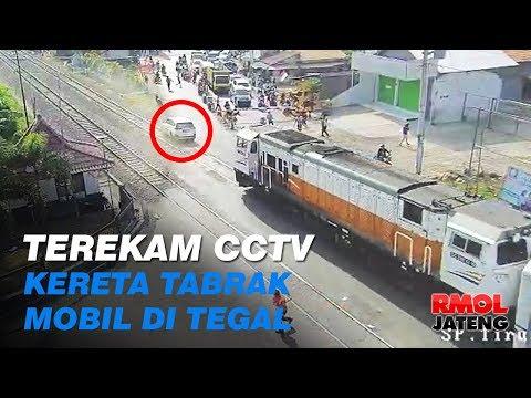 Terekam CCTV, Kereta Tabrak Mobil yang Selip di Tegal