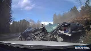 Kierowca Volvo XC70 wyszedł bez szwanku po czołowym zderzeniu z ciężarówką!