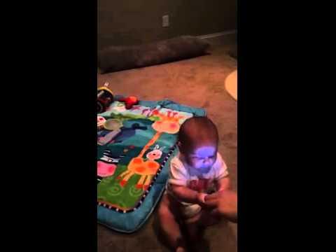guardate cos'è capace di fare questo bambino col cellulare