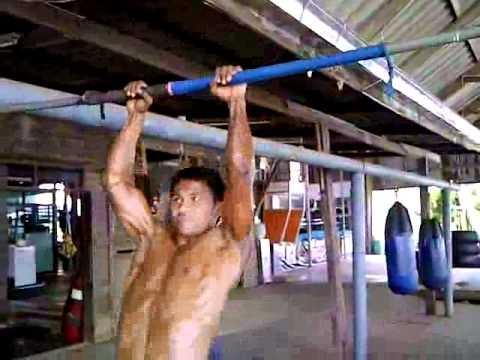 「[格闘技]ムエタイ王者ブアカーオのハンパない懸垂。」のイメージ