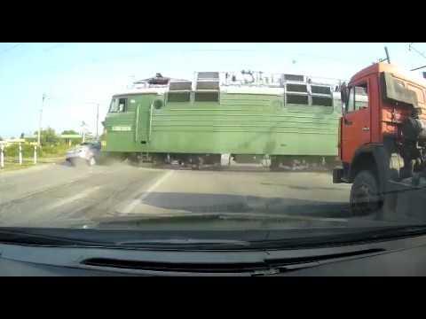 На ж/жпереезде Нартан-Нальчик столкнулись автомобиль марки «Лада Приора» и грузовой состав