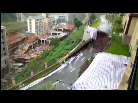 China: Straße abgesackt, Menschen kamen nicht zu Scha ...