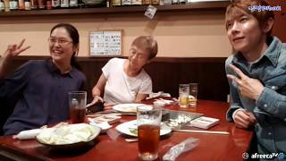 edited by 라게르사미야자키에서 민성은 우연히 알게된 할머니와 함께 친구가 되는데...밥을먹고 와인까지... 할머니의 인생조언! 최고의여행!日本でminsungは、男、女、年齢に関係なくお友達になって彼ら文化、日本現地人だけが知っているいいところを韓国人に紹介する放送をします。 一部のマスコミで、インターネットデマを見て事実のように報道されたのはminsung放送の趣旨と異なります。 ユーチューブにない生放送には日本のたくさんのことを見せています。悔しいですこれと誤解しないように感動的な話もたくさんuploadするようにします。