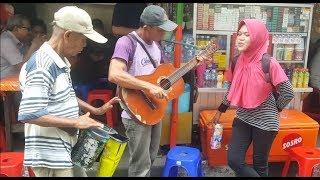 Video Awalnya dikira biasa saja tapi begitu Kakek Pengamen ini main Gitar dan Kendang wow Keren Bangettttt MP3, 3GP, MP4, WEBM, AVI, FLV Juni 2018